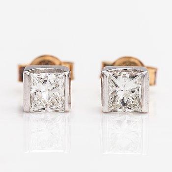 Apair of 14K gold earrings with princess-cut diamonds ca. 0.70 ct in total.