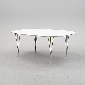 A 'Superelliptical' dining table bu Bruno Mathsson & Piet Hein for Fritz Hansen, dated 1975.
