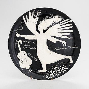 Oiva Toikka,  a ceramic decorative plate signed Los Angeles Marjalle Oiva Rakkaudella 05.10. 1996.