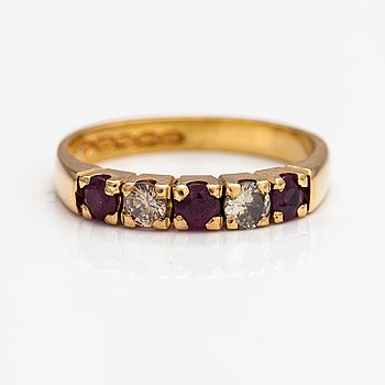 An 18K gold ring with rubies and diamonds ca. 0.20 ct in total. Pentti Toikkanen, Jyväskylä 1988.