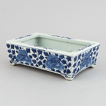 A blue and white porcelain pot, Qing dynasty, 18th-19th century.
