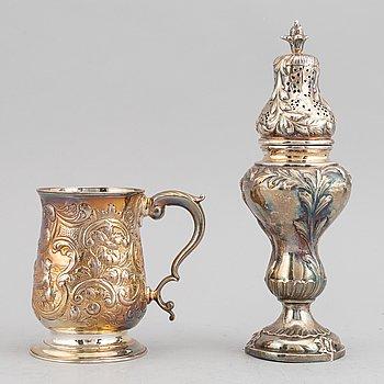 Mugg, silver, England, 1852, samt ströare, silver, rokokostil, Edlunds Silvervarufabrik Ab, 1950.