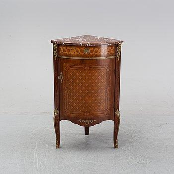 Hörnskåp, sengustaviansk stil, 1900-talets mitt.