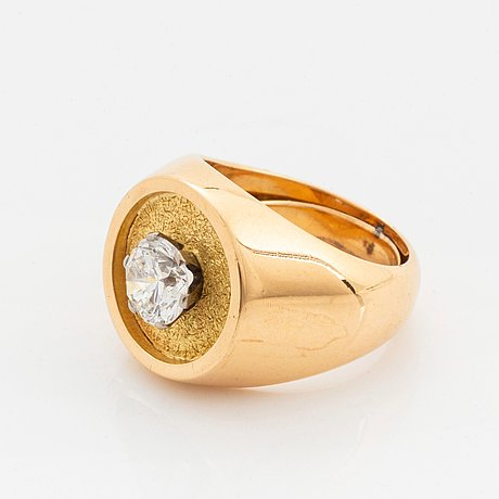 A wa bolin ring in 18k gold set with a round brilliant-cut diamond.