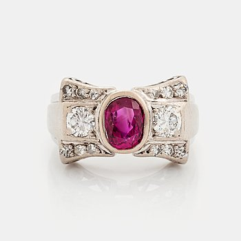 401. An 18K white gold ring set with a faceted ruby and round brilliant- and eight-cut diamonds.