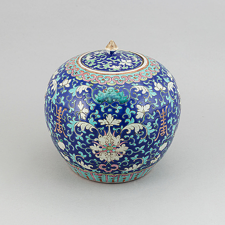 A famille rose jar with cover, qing dynasty, circa 1900.