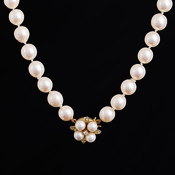Cultured pearl necklace. Clasp with pearls and brilliant-cut diamonds.