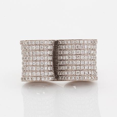 18k gold and pavé setting diamonds.