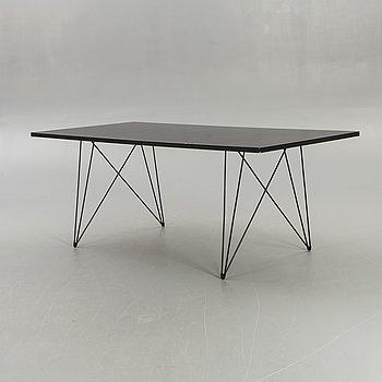 """Andries & Hiroko van Onck, bord, """"Tavolo Xz3"""" för Magis."""