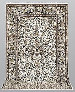 A carpet, Kashan, ca 305 x 193 cm.