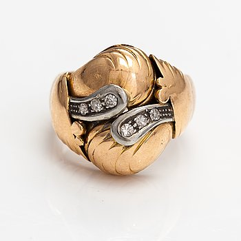 A 14K gold ring with diamonds ca. 0.12 ct in total.