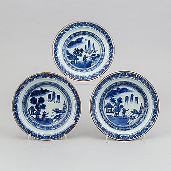 A group of three blue and white dishes, Tianqi /Chongzhen, 17th Century.