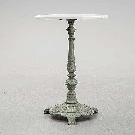 A cast iron garden table, 20th century.