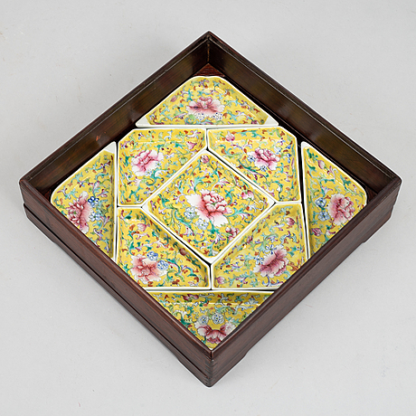 A chinese caberet, nine pieces i a wooden  case, 20th century.