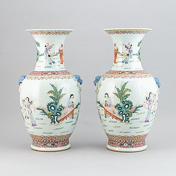 A pair of Chinese vases, second half of the 20th Century.