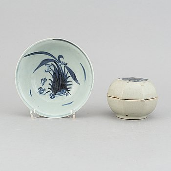 A blue and white dish and a box with cover, Ming dynasty (1368-1644).