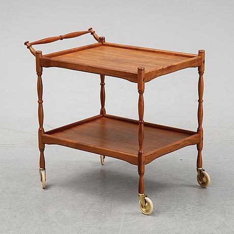 A walnut tea trolley, end of th 20th century.