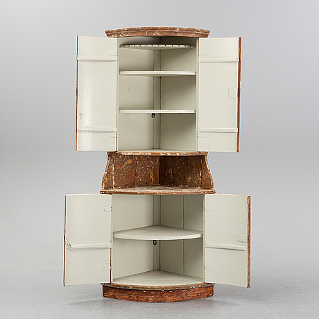 A corner cabinet, 18/19th century.