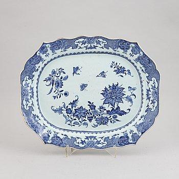 A chinese porcelain serving dish, Qianlong (1736-1795).