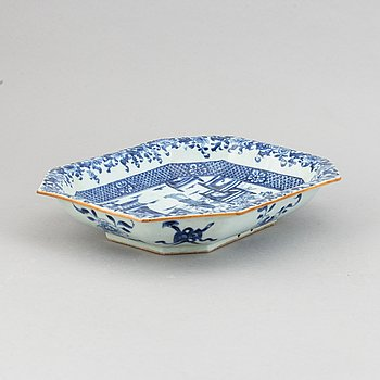 A blue and white tureen stand,Qing dynasty, Qianlong (1736-95).