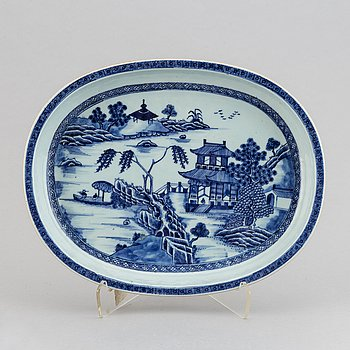 A blue and white oval dish, Qing dynasty, Qianlong (1736-95).