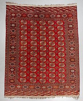 A carpet, semi-antique Tekke Turkmen, ca 331 x 271 cm.