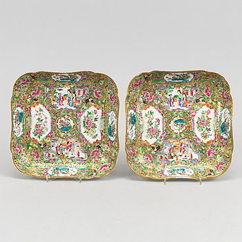 A pair of richly decorated Canton porcelain dishes, China, 19th century.