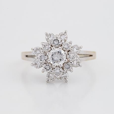 Ring, 18k vitguld med briljantslipade diamanter.