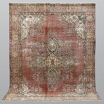 A carpet, Oriental, ca 317 x 232 cm.