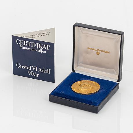 Minnesmedalj 18k guld, gustaf vi adolf , certifikat medföljer.