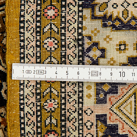 Matto, an old silk qum, ca 158 x 104,5 cm (as well as ca 2 cm flat weave at the ends).