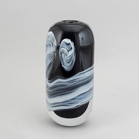 An mikael axenbrant glass vase, studio strömbergshyttan, 1990.