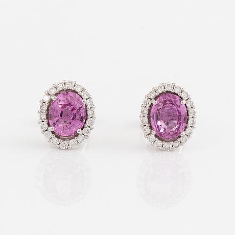 Örhängen med rosa safirer och briljantslipade diamanter.