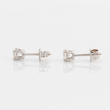 Örhängen, med briljantslipade diamanter.