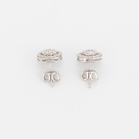 Örhängen med briljantslipade diamanter.
