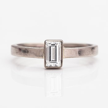 A 14K white gold ring wtih a ca. 0.51 ct diamonds according to the certificate.