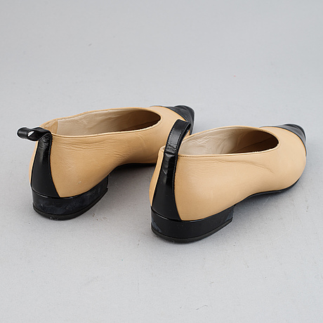 Chanel, a pair of leather shoes, size 36.