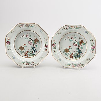 A pair of Chinese Qianlong famille rose poreclain plates.