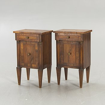 A pair of early 1900s valnut bedside tables.