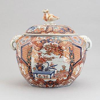 An imari jar with cover, Japan, Meiji (1868-1912).