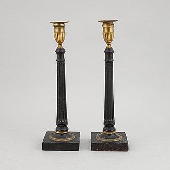 Ljusstakar, ett par, sengustavianska, omkring 1800.