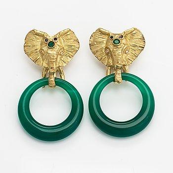 Örhängen, 18K guld, kalcedoner, safirer, smaragder och diamanter ca 0.02 ct tot. Rom.