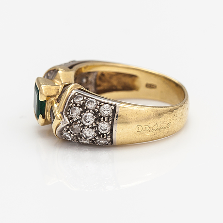 An 18k gold ring with an emerald and diamonds ca. 1.00 ct in total. dd gioielli, italy.