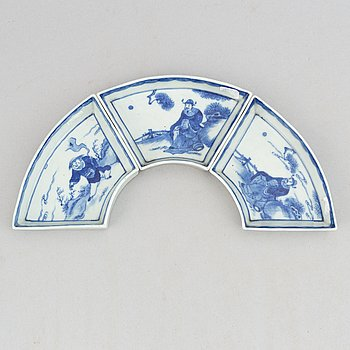 A set with three blue and white cabaret dishes, Qing dynasty, 19th Century.