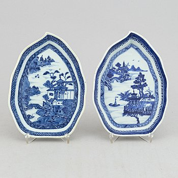A pair of blue and white leaf shaped dishes, Qing dynasty, 18th Century.