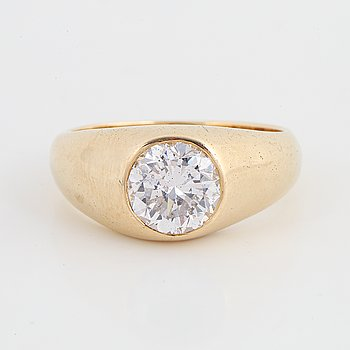 An 14K gold ring set with a round brilliant-cut diamond.