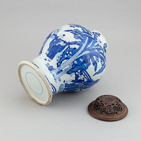 A chinese kangxi style blue and white vase, presumably 20th century.