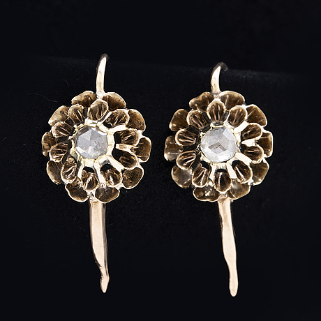 Earrings 14k gold 2 rose-cut diamonds approx 0,15 ct in total, height approx 15 mm, hook fitting.