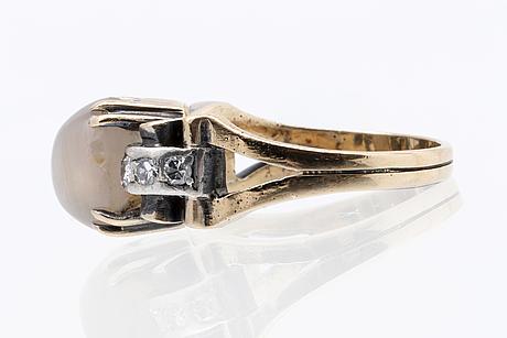 Ring 14k guld med 1 cabochonslipad safir ca 8 x 6 mm och diamanter 8/8.