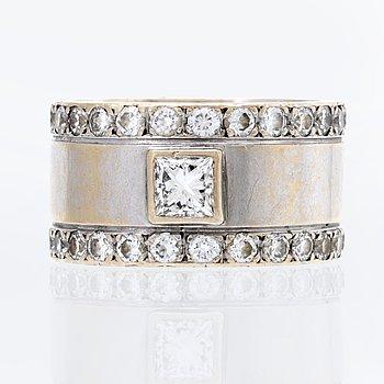 Ring 18K vitguld med 1 princesslipad diamant ca 0,35 ct och briljanter ca 1,7 ct TW VVS, 15,4 g.